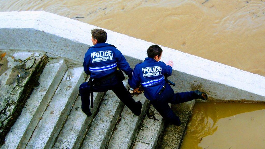 La police holding hands